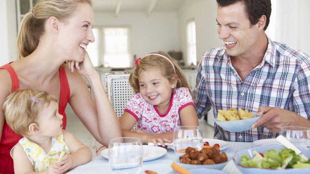 آموزش آداب غذا خوردن به کودک در چهار سالگی