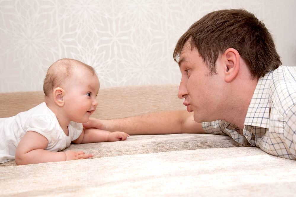 حرف زدن پدر با کودک در هفته چهارم دوازده ماهگی