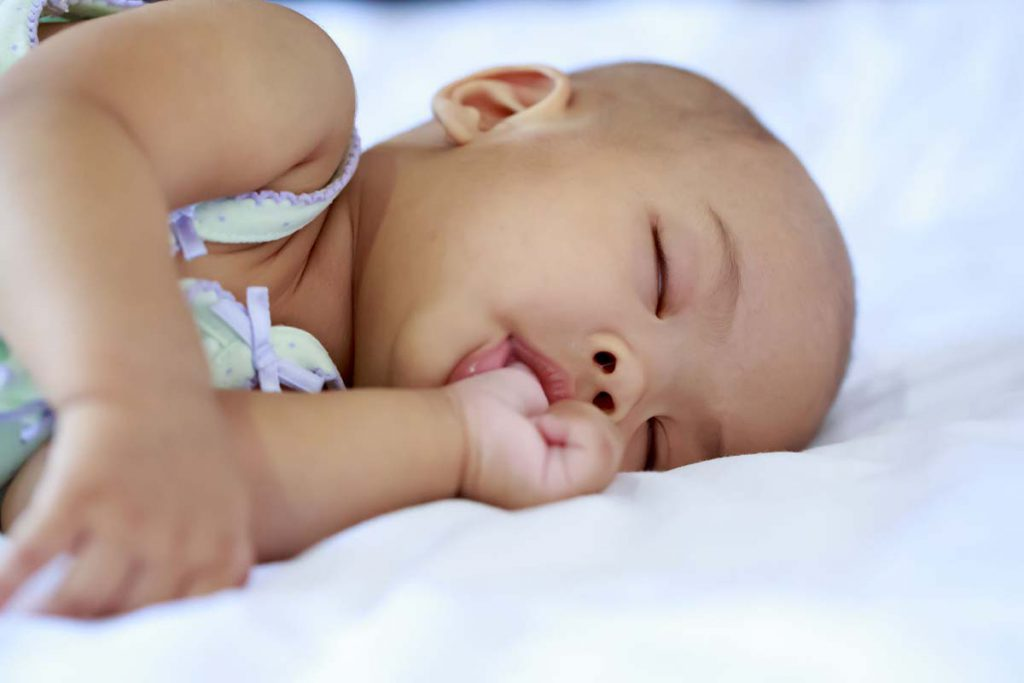 مکیدن انگشت توسط نوزاد در هفته سوم