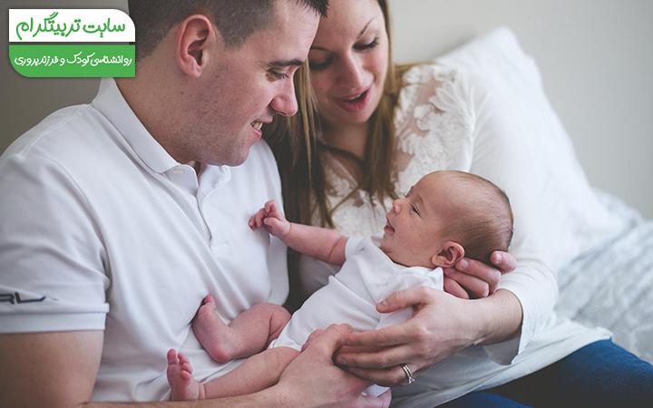 نگاه کردن نوزاد به پدر و مادر